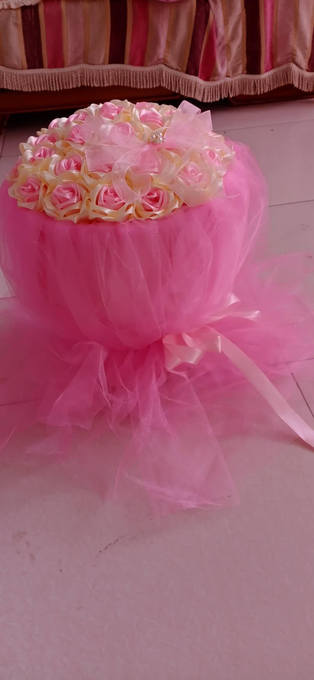 丝绸粉色,手捧花。